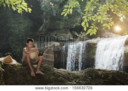 Children is poor and scarce food in the Waterfall