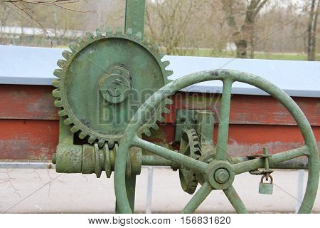 Worm-gear / A worm drive is a gear arrangement in which a worm meshes with a worm gear