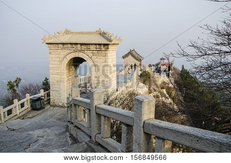 Chinese, not far from the outskirts of the city of Qingzhou, has an elevation of 471 meters. The hill called the day Yunshan, the top of the mountain, beautiful doorway,