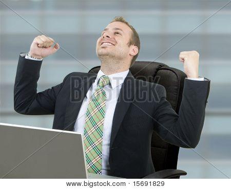 Happy Business Man schließen ein wichtiges Geschäft