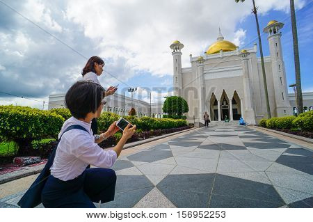 Bandar Seri Begawan,Brunei-Nov 12,2016:Tourists taking pictures with their cameras of the famous Omar Ali Saifuddien Mosque,Bandar Seri Begawan Brunei Darussalam.One of the attraction places in Brunei