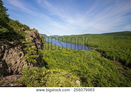 Lake Of The Clouds Overlook. Beautiful Lake Of The Clouds Is The Centerpiece Of The Porcupine Mounta