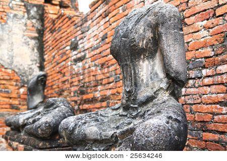 headless und armlose Buddhastatuen sitzen in einem zerstörten Tempel in Ayutthaya, thailand