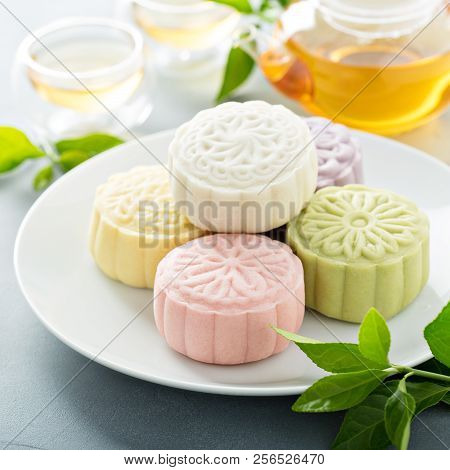 Snow Skin Sweet And Savory Traditional Chinese Mooncakes With Variety Of Fillings And Green Tea