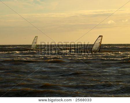 Dos windsurfistas