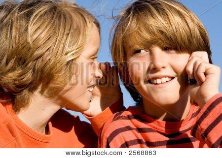 glückliche Kinder sprechen auf Handy