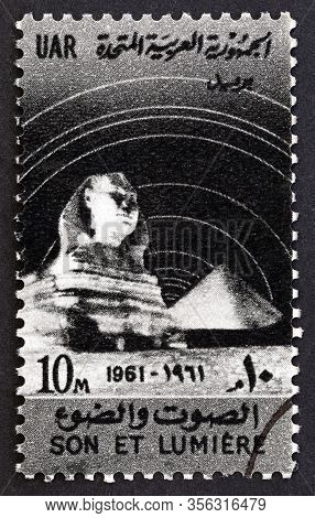 Egypt - Circa 1961: A Stamp Printed In Egypt Shows Great Sphinx And Cheops Pyramid, Circa 1961.