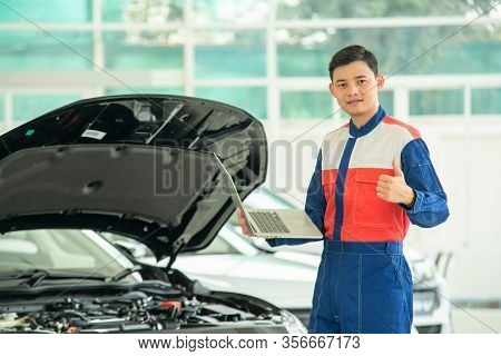 Mechanic Perform Vehicle Checkup And Use Notebook Computers To Record Engine Checks,concept Of Worki