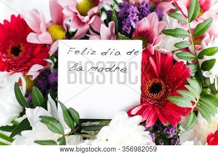 White Card For A Bouquet With The Inscription Happy Mother's Day In Spanish In A Bright Beautiful Bo