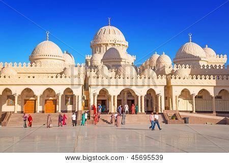 HURGHADA, Egito - 7 de abr: Pessoas não identificadas em Hurghada Marina mesquita em 7 de abril de 2013. Este novo construído