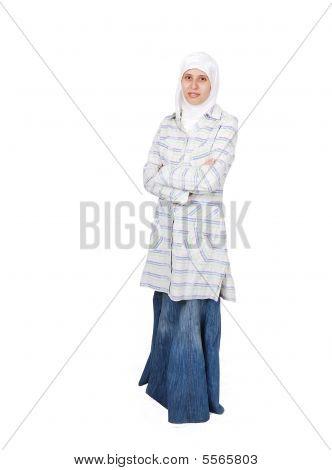 Молодой мусульманской женщины в традиционной одежде изолированные