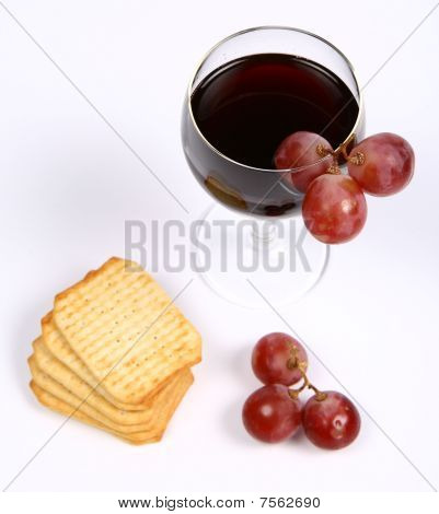 Red wine, red grapes and crackers