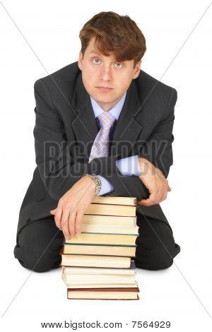 junge Gelehrsamkeit Mann mit Stapel von Büchern
