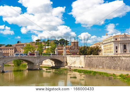 Bridge Tevere a Ponte Vittorio Emanuele II in Rome Italy
