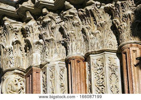 Detail of columns and capitals of the Siena Cathedral (Santa Maria Assunta) 1220-1370. Toscana (Tuscany) Italy Europe