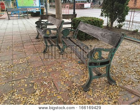 The old wood chair in the park.