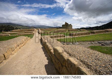 the Ingapirca ruins of Ecuador has the same construction method as Macchu Pichu of Peru