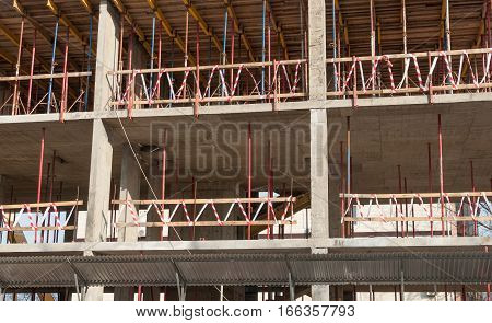 Building construction in the installation of intermediate floors