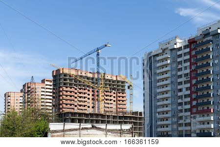 Apartment house on the background of the new cast-frame construction