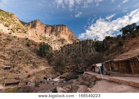 A small village, mainly consiting of shops and restaurants for the tourists, small shelters and mule parks, on the little hike to the sources d' Oum er- Rbia.
