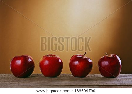 Zdrowe polskie czerwone jabłka na drewnianym stole.