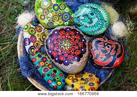 On the dish are sea pebbles of different sizes printed on them of different patterns.