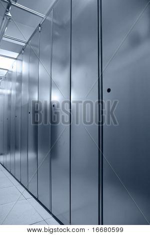 interior de ceter de servidor de comunicación (en tono azul)