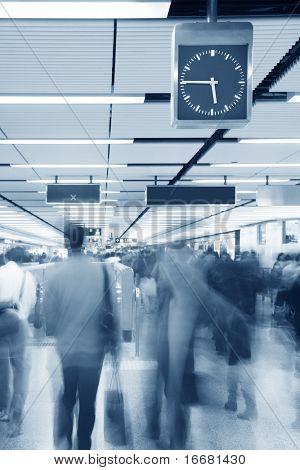 bewegliche Menschen an u-Bahn in Hongkong Themenfeldern auf Uhr