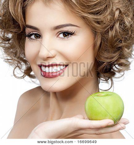 attraktive lächelnde Frau Porträt auf weißem Hintergrund mit Apfel