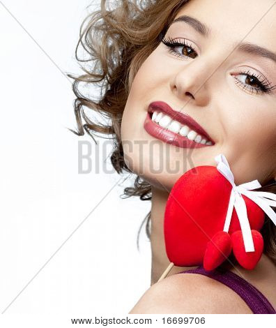 attraktive lächelnde Frau mit Herz auf weißem Hintergrund
