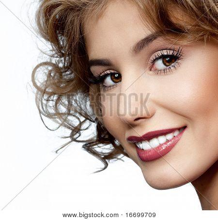 attraktive lächelnde Frau Porträt auf weißem Hintergrund