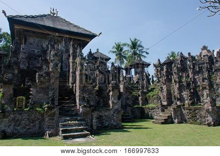 Located in Beleleng regency in north Bali Pura Beji is an exeptional temple as it is almost entirely covered with carvings