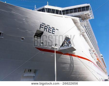 Kant van een cruiseschip op de ligplaats in de tour in de haven van Messina