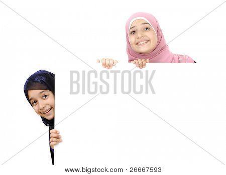 Мусульманская девочка с копией пространства для вашего текста
