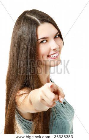 mooie vrolijke tiener meisje op zoek naar camra en wijzend op u, op witte achtergrond