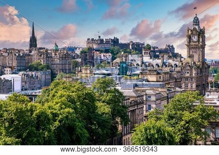 Panoramic view of the city of Edinburgh in Scotland at sunset - With a view of several famous landmarks