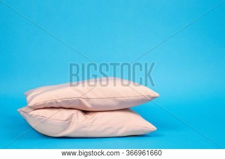 Advertisement Of Ergonomic Pillows Filled With Feathers, Memory Foam Or Polyester Without Pillowcase