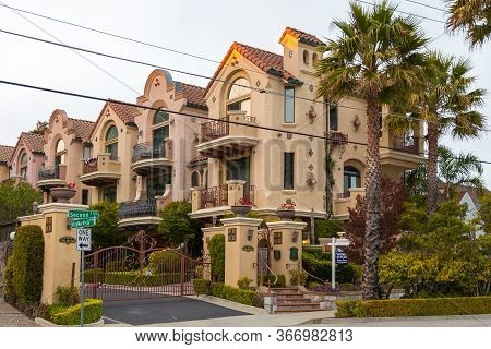 Santa Cruz, California, Usa- 08 June 2015: View Of The Elegant Facade Of The Tenement House Along Vi