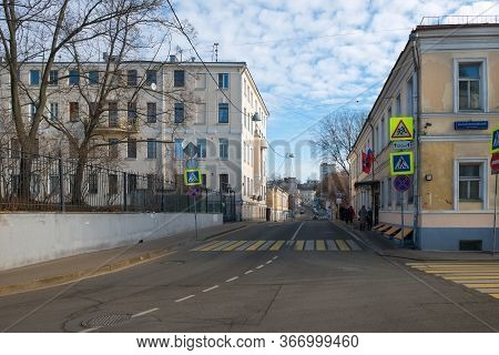 Moscow, Russia - February 22, 2020: View Of Khokhlovsky Lane On A Winter Day. District Of Ivanovo Hi