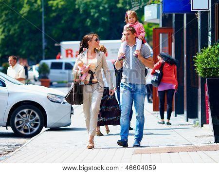Familie gehen die Stadtstraße, Casual Lifestyle