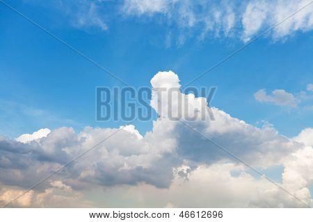 Stratus branco nuvens no céu azul em maio