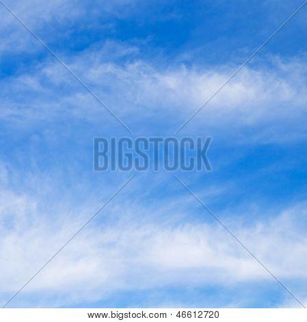 Nuvens Stratus em céu azul
