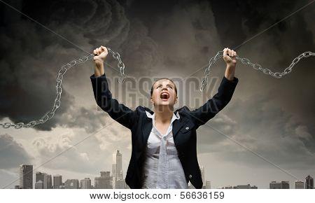 Imagem de empresária em raiva quebrando a corrente de metal