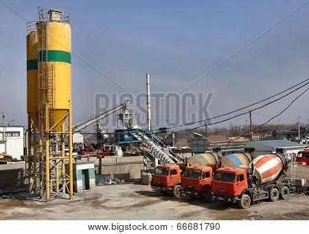 Ready Mix Concrete Batching Plant, Truck Mixer.