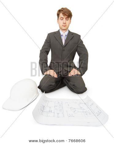 Ingenieur denkt über Zeichnung