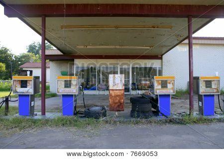 Edad antigua gasolinera abandonada Vintage