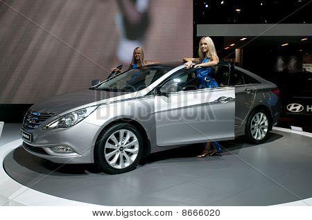 Moskau Russland - August 26: Moscow International Automobile Salon 2010. Hyundai Sonata - russische prem