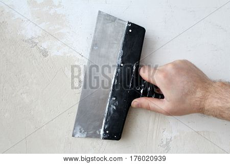 Spatula in hand. Interior trim. The puttying of the walls.