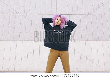 young afro woman wearing brooklyn style clothes isolated on the street