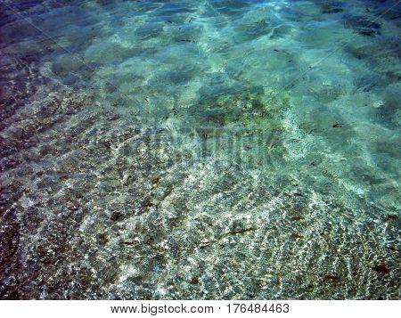Hermosa foto de bella agua transparente y arena